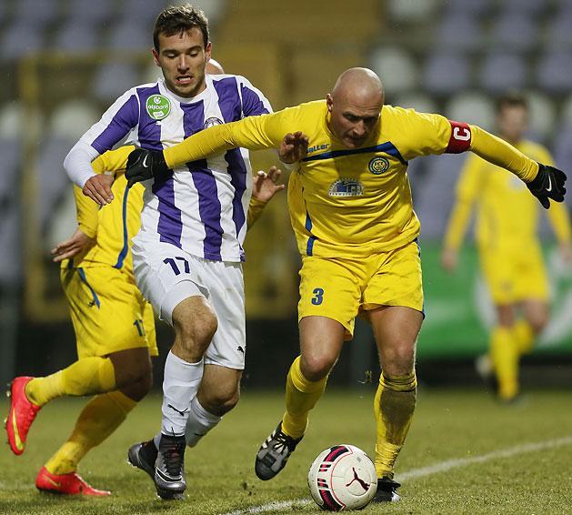 Angelov (L) Battling for a ball; photo: Újpest FC